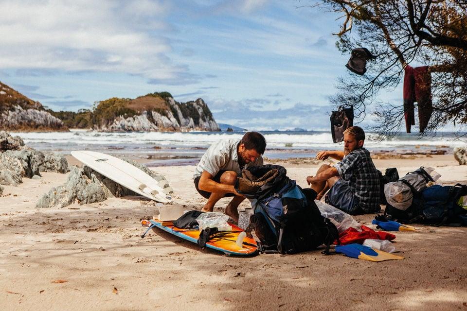 Surfer beim Camping in Tasmanien.