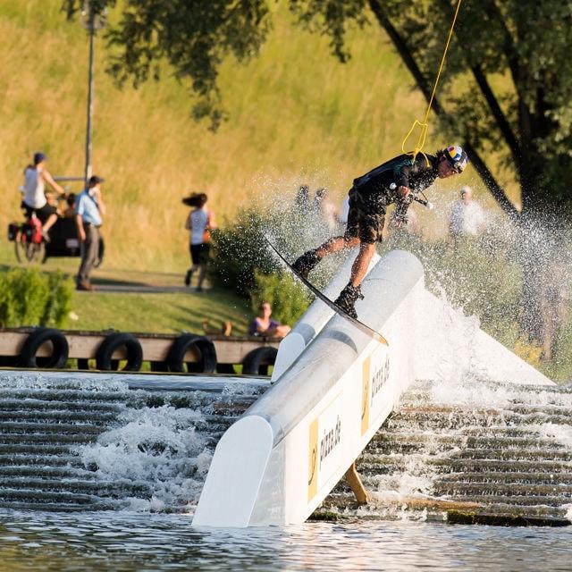 So sieht es aus, wenn ein Profi vom oberen Teil des Olympiasees in den unteren slidet.