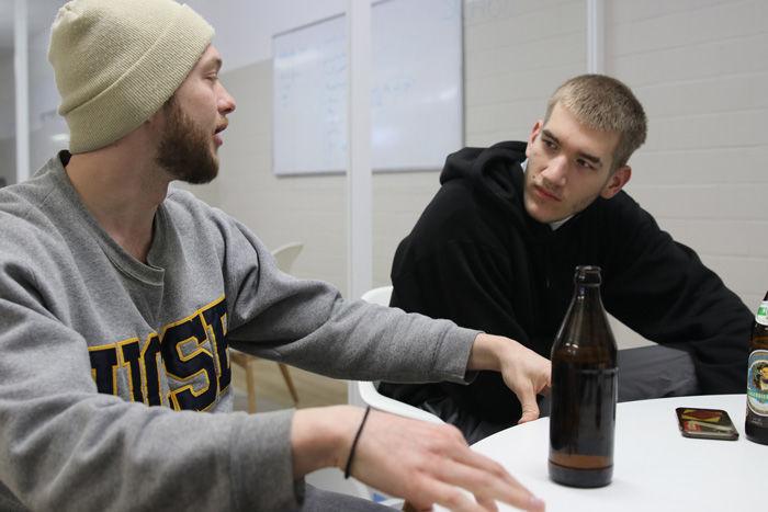 Während der Grafik-Konferenz wird zwar getrunken, trotzdem sind die Jungs dabei nicht weniger konzentriert, als es die Menschen in anderen Büros sein dürften.