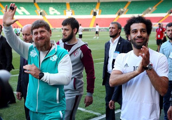 Grosny: Der tschetschenische Republikchef Ramsan Kadyrow (l) winkt neben Ägyptens Stürmerstar Mohamed Salah (r) den Fans im Stadion von Grosny zu.