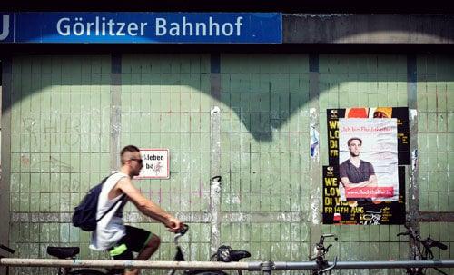 """""""Ich bin Fluchthelfer!"""": Ein Plakat des """"Peng-Collective"""" in Berlin."""