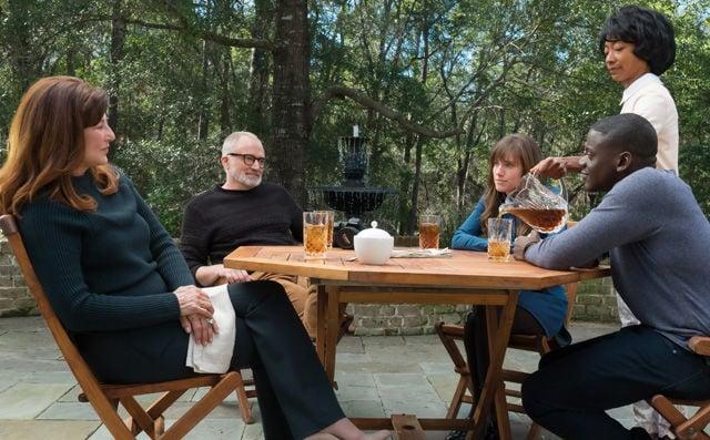 Trügerische Idylle: Mutter und Vater Armitage, Chris und Rose und die Haushälterin Georgina im Garten des Anwesens.
