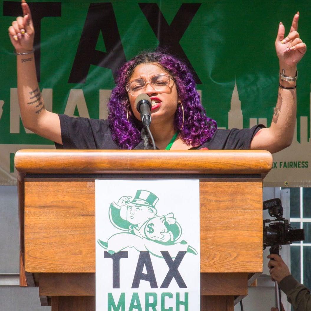 """Nelini Stamp als Rednerin beim """"Tax March"""" in New York. Die Demonstranten forderten von Präsident Trump die Offenlegung seiner Steuerzahlungen."""