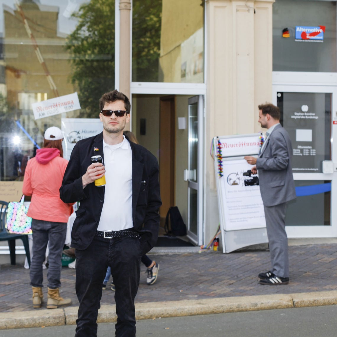 Fabian vor seinem Büro. Daneben: Das Wahlkreisbüro des AfD-Bundestagsabgeordneten Stephan Brandner.
