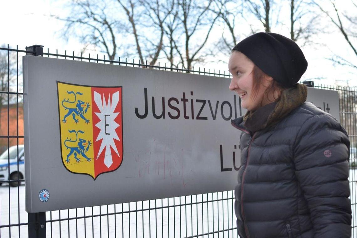 Julia Pie* vor dem Haftantritt, der von Solidaritätsbekundungen begleitet wurde.