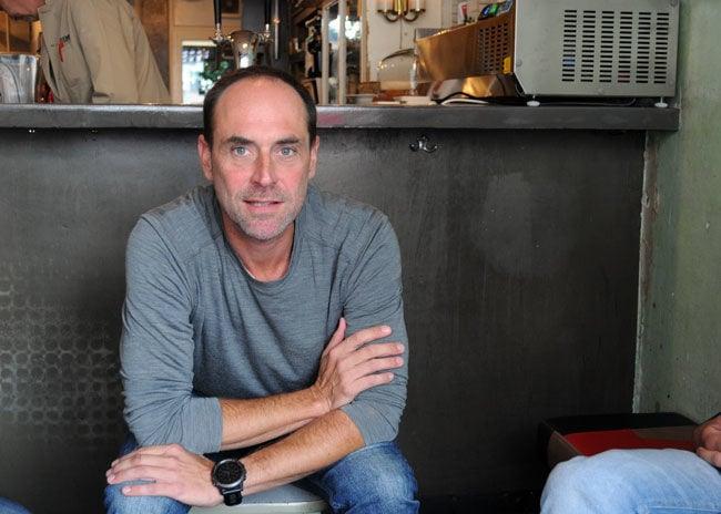 David Süß arbeitet seit 25 Jahren als Clubbetreiber in München und hat schon erlebt, wie ein betrunkener Wiesngast mit einem Absperrgitter auf einen Türsteher losgegangen ist. Das Harry Klein liegt fußläufig zur Wiesn, genau wie das Café Kosmos und das NXWS auch. Nur weil Oktoberfest ist, häufen sich die Probleme im Club nicht, sagt Süß, meistens käme die schwere Körperverletzung völlig aus dem Nichts