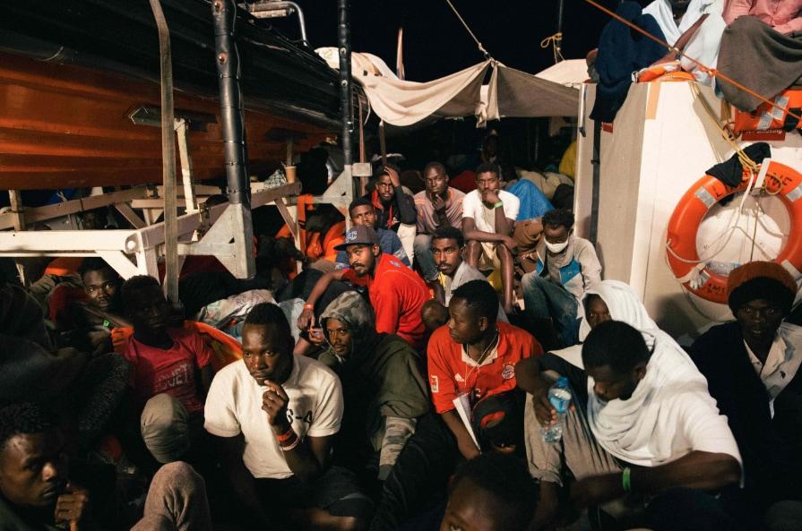 """Über 200 Menschen wurden von der Besatzung der """"Lifeline"""" gerettet. Doch bislang erklärt sich kein europäisches Land bereit, die Flüchtenden aufzunehmen."""