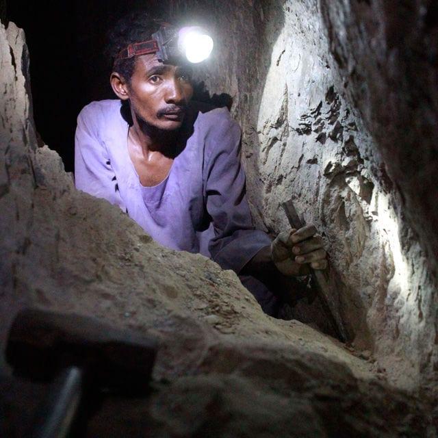 Ein Arbeiter in einer Goldmine im Sudan.