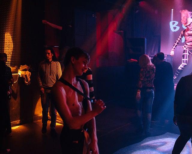 """Im """"Central Station"""", einem der zwei Schwulen-Clubs von St. Petersburg, füllt sich langsam die Tanzfläche."""