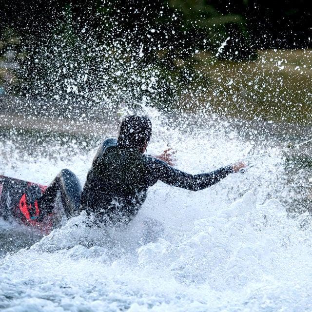 Auch wenn man im Wasser ist: Stürze im Olympiasee können weh tun. Ist nämlich nicht sehr tief dort.
