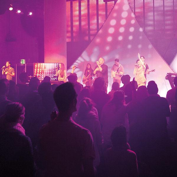 Die Evangelikalen Freikirchen inszenieren sich perfekt – bis hin zu den Fotos, die sie von ihren an Popkonzerte erinnernden Gottesdiensten veröffentlichen.