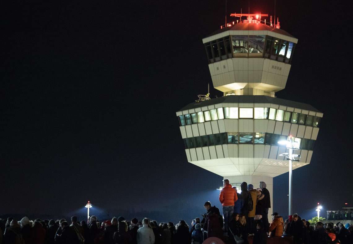 Sieht schon fast nach einem Rave aus. Aber in dieser Oktobernacht 2017 warteten nur Schaulustige auf die Landung der letzten Air-Berlin-Maschine.