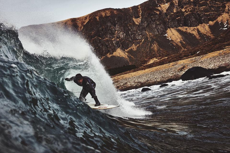Auch in Norwegen gibt es Surfspots, es empfiehlt sich aber ein langer Wetsuit.
