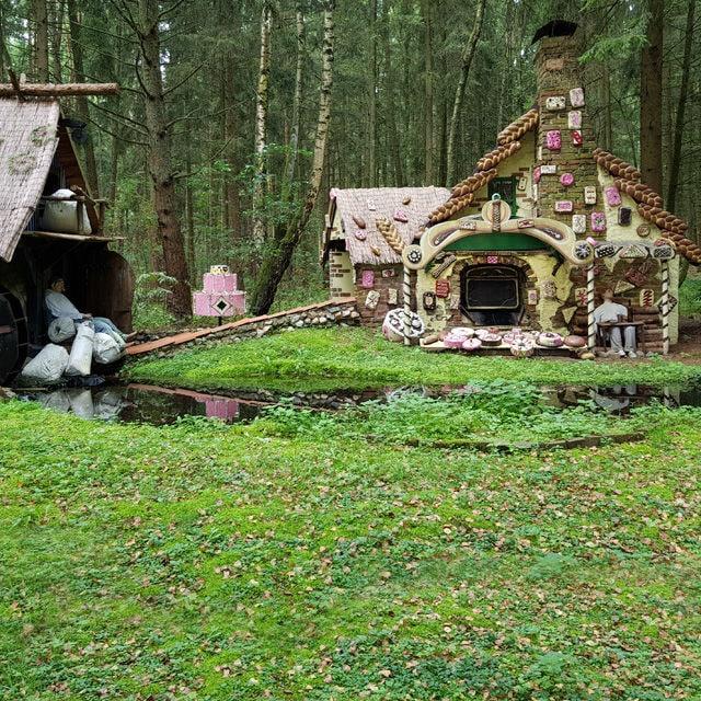 In diesem Park mit Märchenwald begann früher jeden Tag eine Kindheit. Doch wer zurückkehrt, dessen Kindheit endet hier.