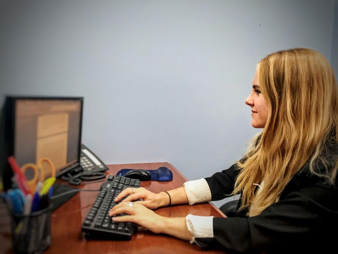 Die 25-jährige Alina arbeitet in einer New Yorker Anwaltskanzlei und hat ihren Samstag am Flughafen JFK verbracht