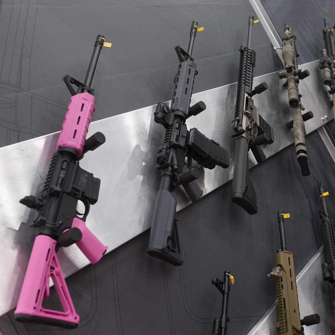 Natürlich werden bei der NRA-Tagungen Waffen ausgestellt (hier 2013 in Houston), aber beim Auftritt des Vizepräsidenten sind sie verboten.