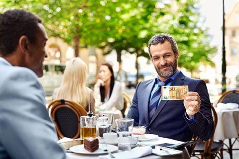 """""""Zu einem gelungenen Geschäftstermin gehört für mich schon immer ein gerollter Fünfziger. Danke EZB!"""""""