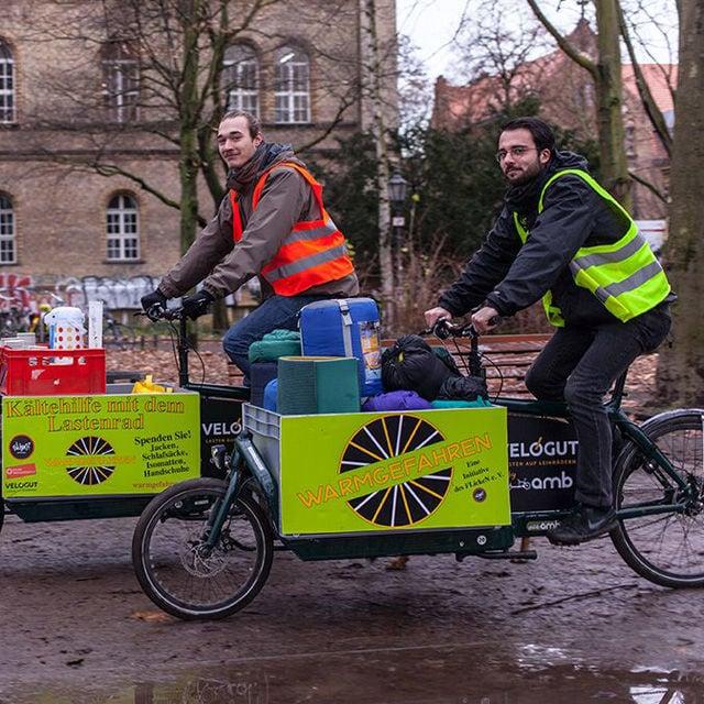 Frederyck (l.) und Elias auf ihren Lastenrädern