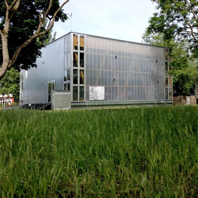 """16 auf 16 Meter misst das futuristisch wirkende Gebäude in Frankfurt, das den Namen """"Cubity"""" trägt und zwölf Cubes, also Wohnzellen, beherbergt."""
