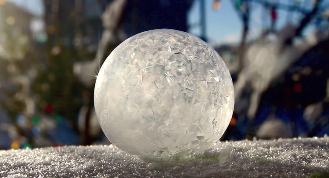 Das ist eine Seifenblase, die im Freien sofort gefriert.