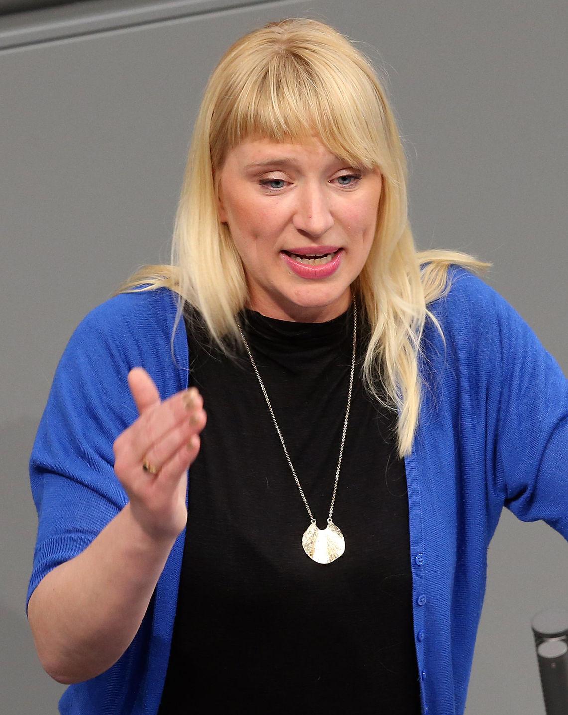 Grünen-Politikerin Luise Amtsberg zerlegt AfD-Antrag - Politik ...