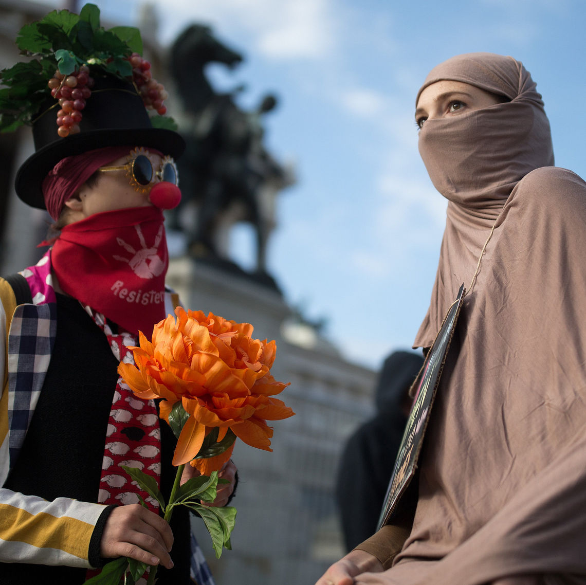"""Zwei der Demonstrantinnen, die am 1. Oktober mit dem """"traditionellen Clownspaziergang"""" vor dem Parlament in Wien gegen das Verschleierungsverbot demonstriert haben."""