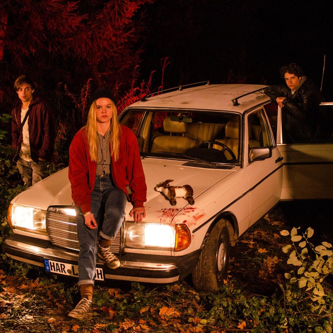 Die Hauptfigur Zoe und ihre Freunde stranden nach einem Unfall mit dem Wagen von Zoes Eltern in einem Waldstück.