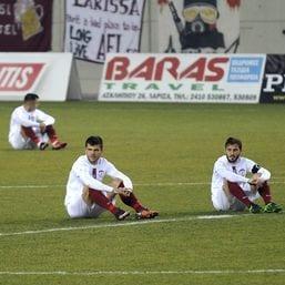Die Fußballer des AE Larisa protestieren im Sitzen