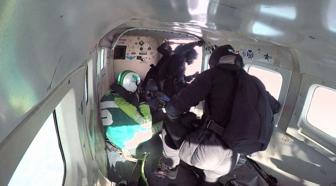 Kurz vor dem Absprung: Luke Aikins bereitet sich auf den Skydive vor.