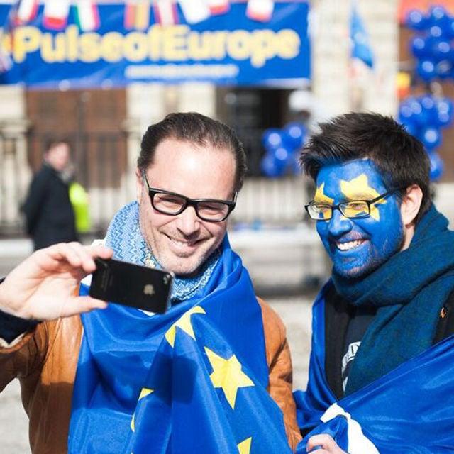 """Mitglieder von """"Pulse of Europe"""" auf dem Odensplatz"""