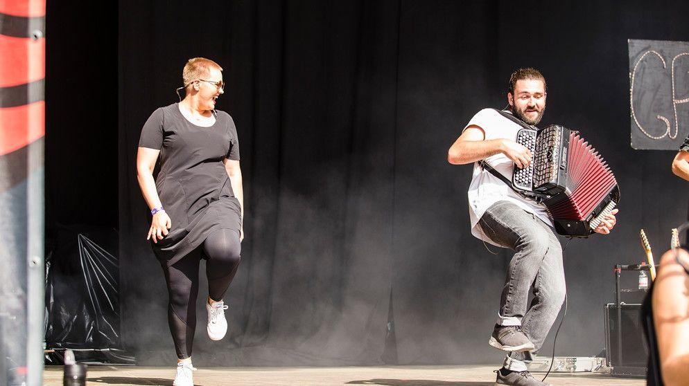 Laura auf der Bühne mit Granada. Immer wieder tanzt sie auch mit den Bands.