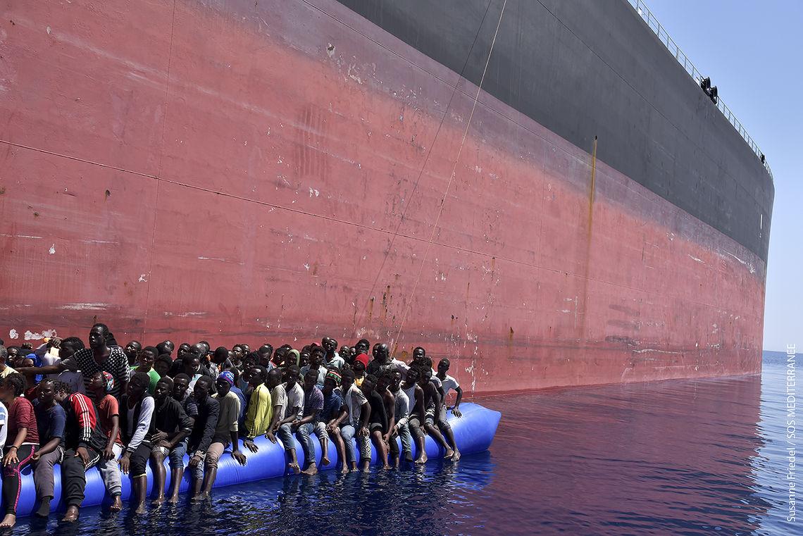 Auf diesen Booten treiben die Menschen manchmal tagelang.