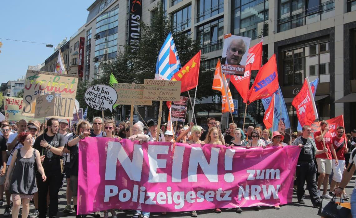 Tausende Menschen demonstrieren in Düsseldorf gegen das geplante NRW-Polizeigesetz.