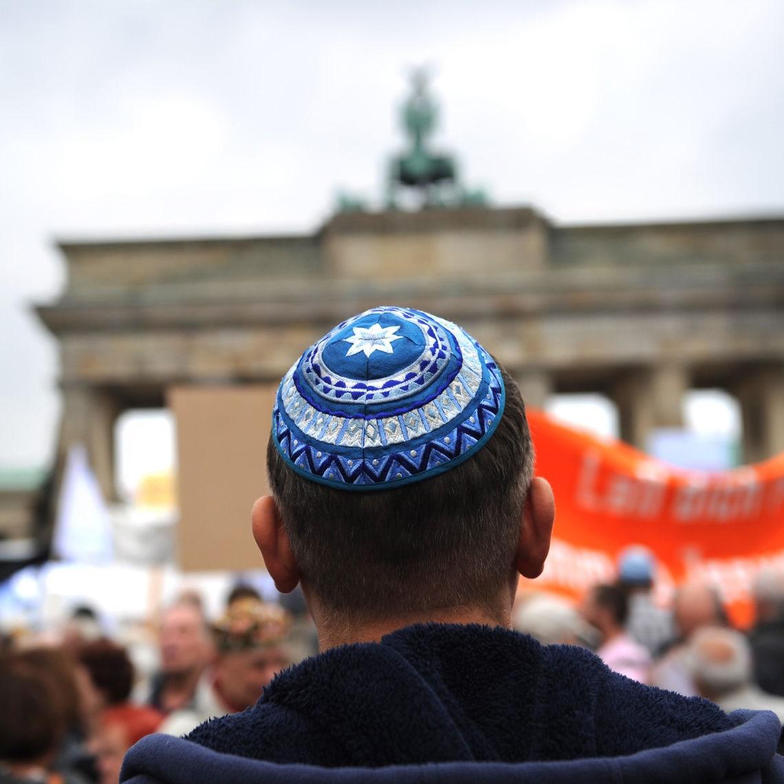 Im Rahmen einer Kundgebung des Zentralrats der Juden in Deutschland demonstrieren Menschen vor dem Brandenburger Tor gegen Antisemitismus.