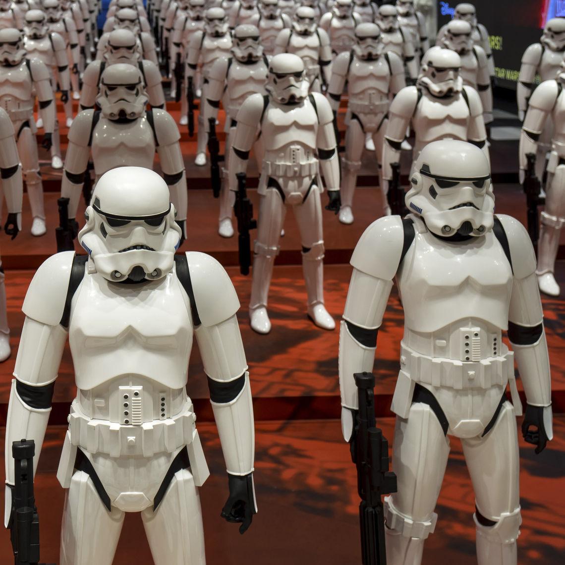 """Grimmige Gestalten: eine Troopers-Armee, wie man sie aus den alten """"Star Wars""""-Filmen kennt. In den neuen Episoden ist die Rüstung modifiziert, mit orangen Schulterpanzern zum Beispiel."""