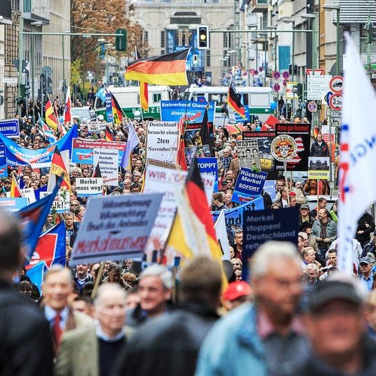 Archivbild: Anhänger der AfD protestieren am 6. November 2015 in Berlin
