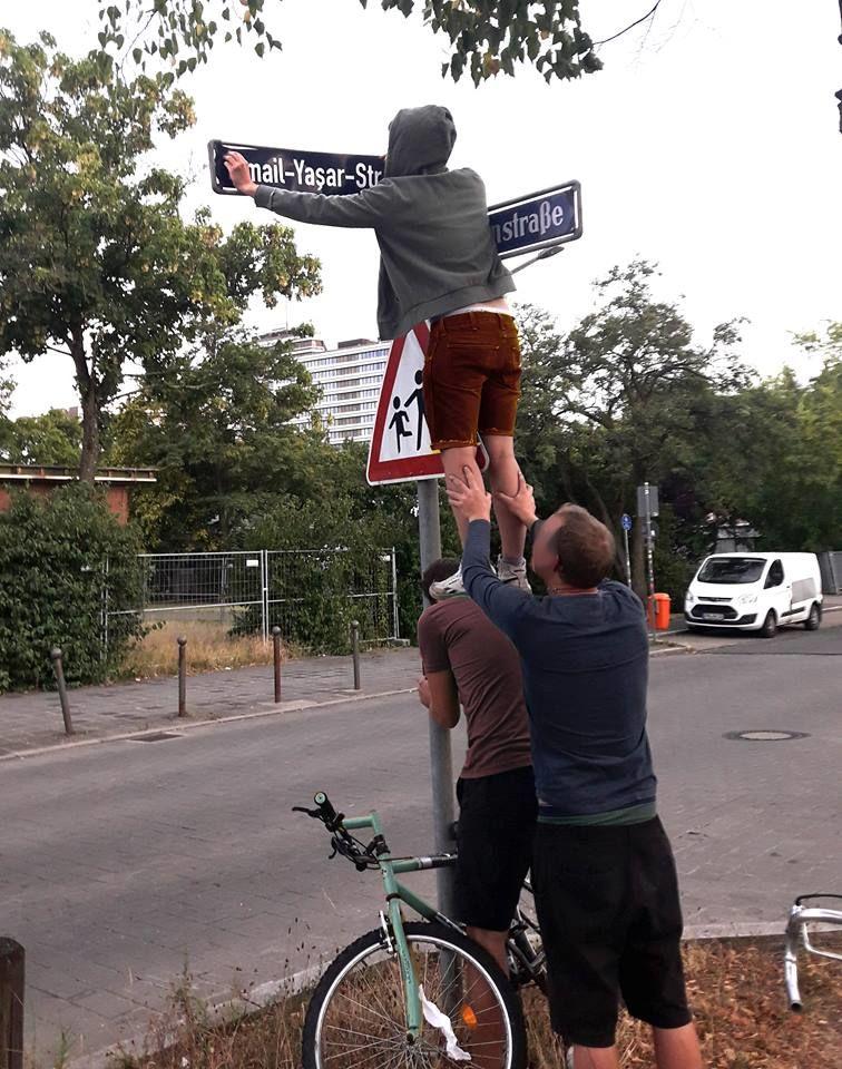 Aktivisten benennen Straßen nach NSU-Opfern.