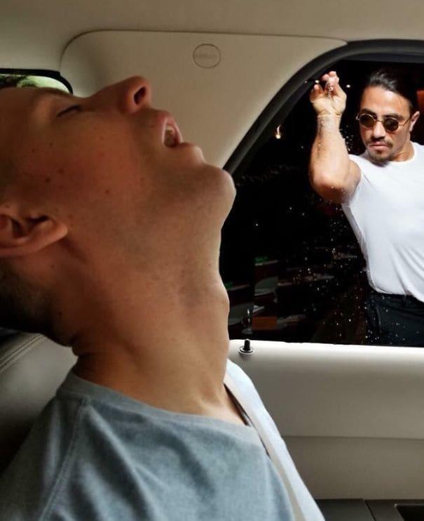 Als Scott von salt-bae mit Salz beworfen wurde, soll er ganz kurz geblinzelt haben, schlief aber dann doch weiter.