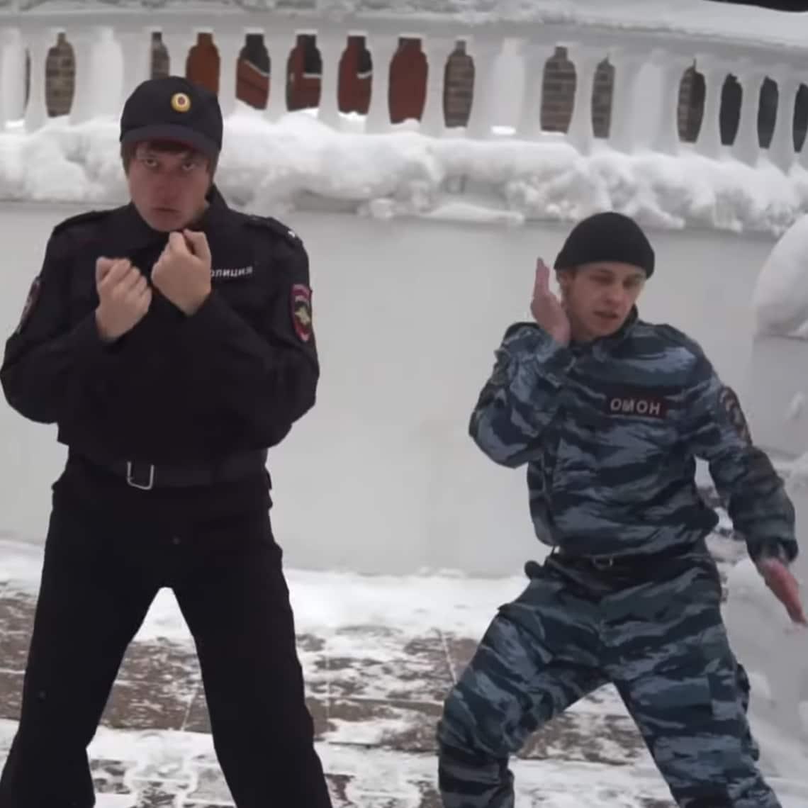 Russische Utopie: tanzende Polizisten, die keinen verhaften.