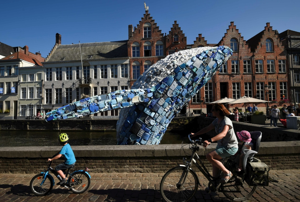 Ein Wal aus Plastik in Brügge.