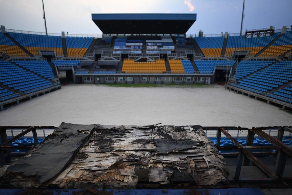 Verrottete Holzbänke im ehemaligen Beachvolleyball-Stadion, das für die olympischen Spiele 2008 in Peking errichtet wurde.