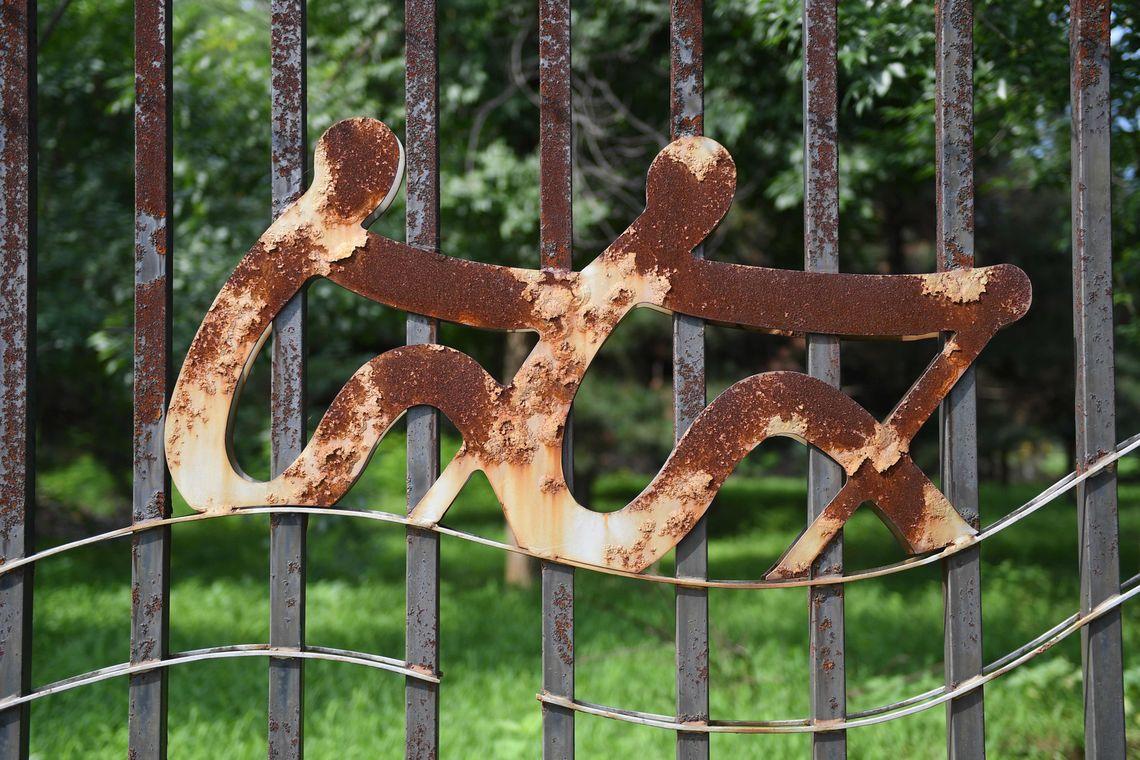 Ein verrostetes Symbol am Zaun der Ruder- und Kanustrecke.