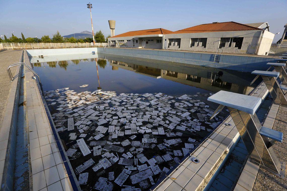 Im Swimmingpool des ehemaligen Olympischen Dorfes in der Nähe von Athen schwimmt heute nur noch Müll.