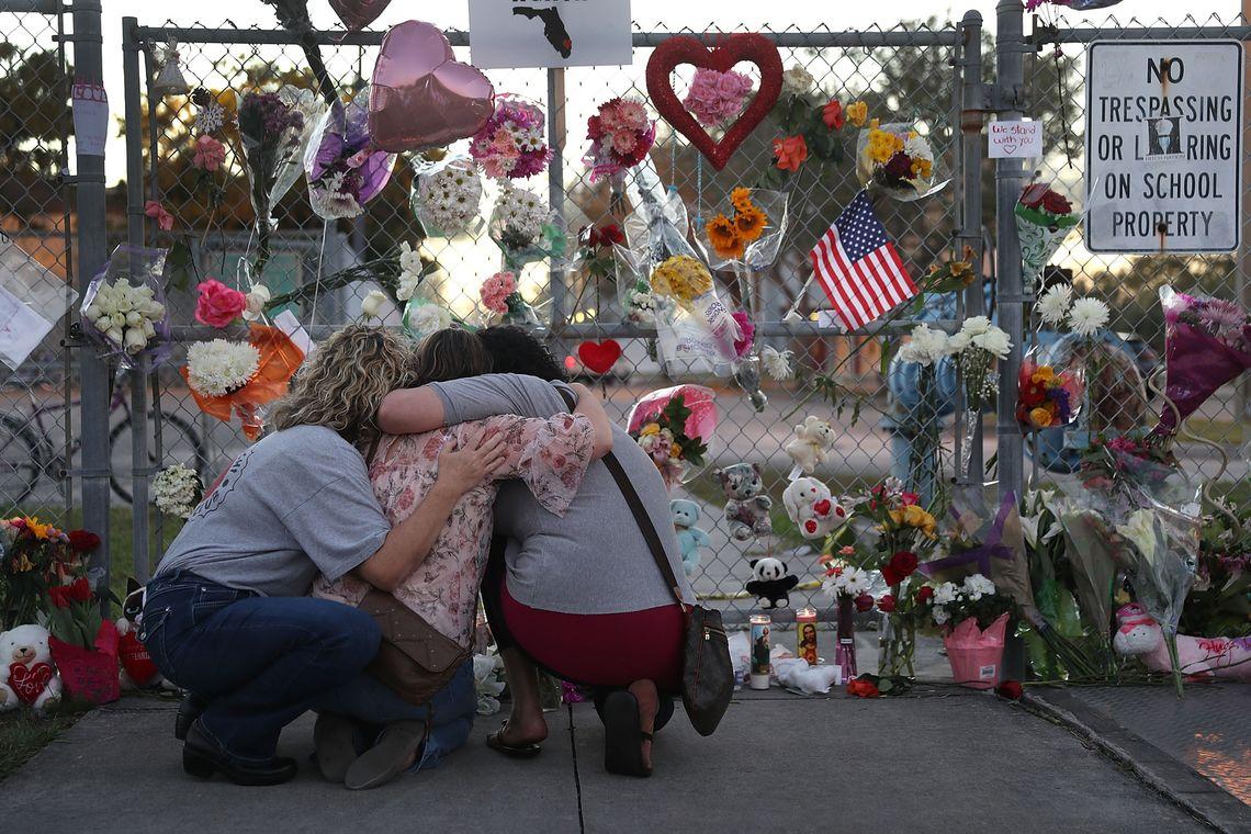 Trauernde im Februar nach dem Amoklauf in Parkland. Damit es in Zukunft weniger Todesopfer gibt, will die US-Regierung nicht die Waffengesetze ändern, sondern Schüler zu Ersthelfern machen.