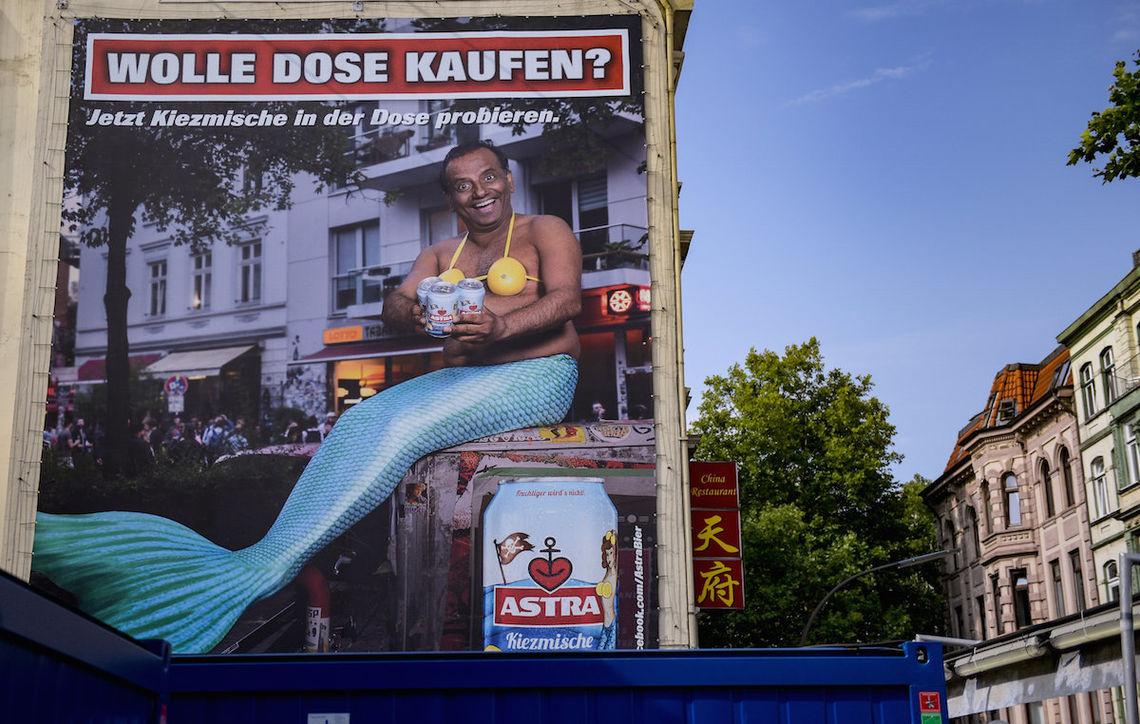 Das umstrittene Plakat hängt in der Nähe der Hamburger Reeperbahn.