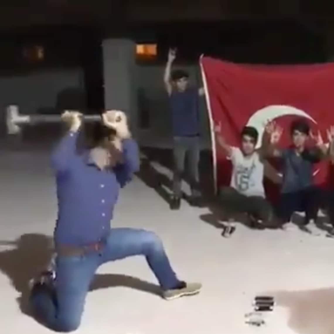 Erdoğan-Anhänger beim iPhone-Hämmern.
