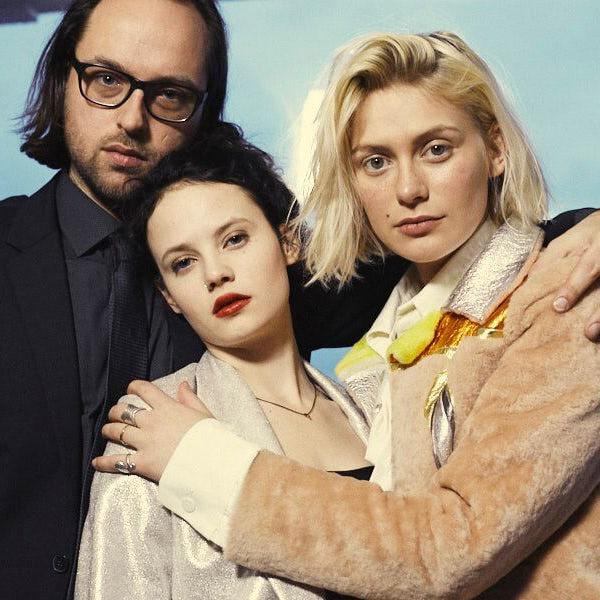 Kim Frank und die beiden Schauspielerinnen Jana McKinnon und Alli Neumann.
