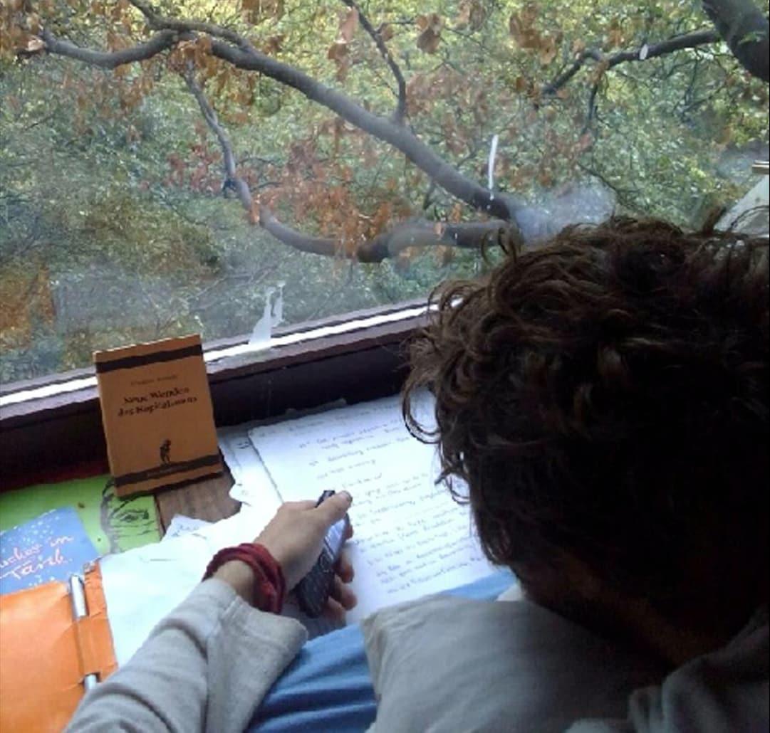 Jona lebt als Aktivist seit einem Jahr im Hambacher Forst.