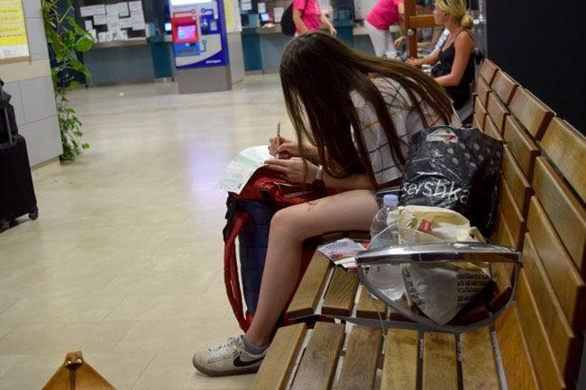 Vanessa in der Wartehalle am Bahnhof von Split. Auf ihrem Ticket muss jede Bahnfahrt penibel eingetragen werden.