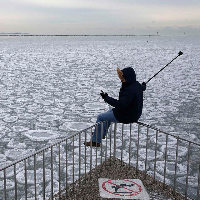 Ein Mann macht ein nicht ganz ungefährliches Selfie am Lake Michigan.